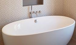 une baignoire, dans une salle de bain de Caluire