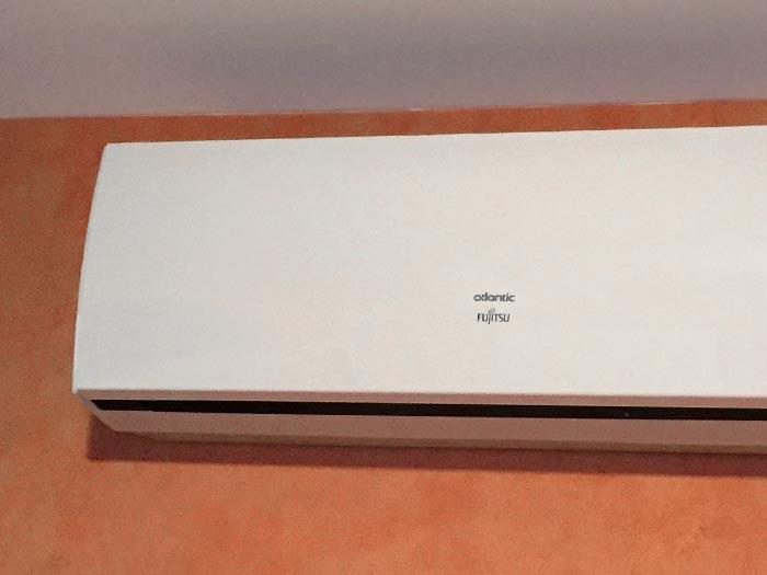 détail en gros plan du climatiseur installé dans le salon