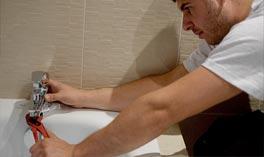 technicien plombier de SABEKO dans une salle de bain à Bron 69500