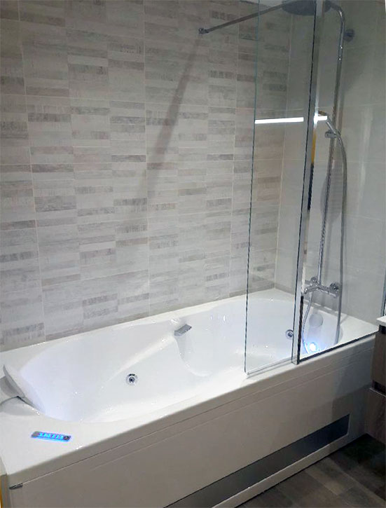 Caluire : baignoire balnéo avec pare-bain vitré