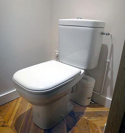 Broyeur sanitaire installé dans le sous-sol d'une maison