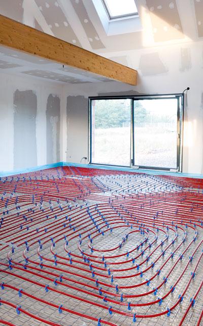 Les techniciens réalisent l'installation d'un plancher chauffant