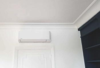 Intégration parfaite de ce climatiseur réversible dans le salon