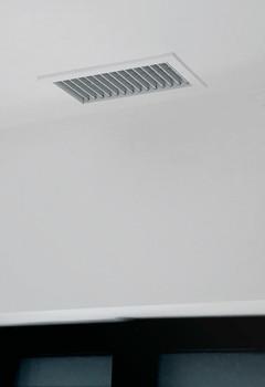 Les aérateurs sont encastrés dans le faux-plafond
