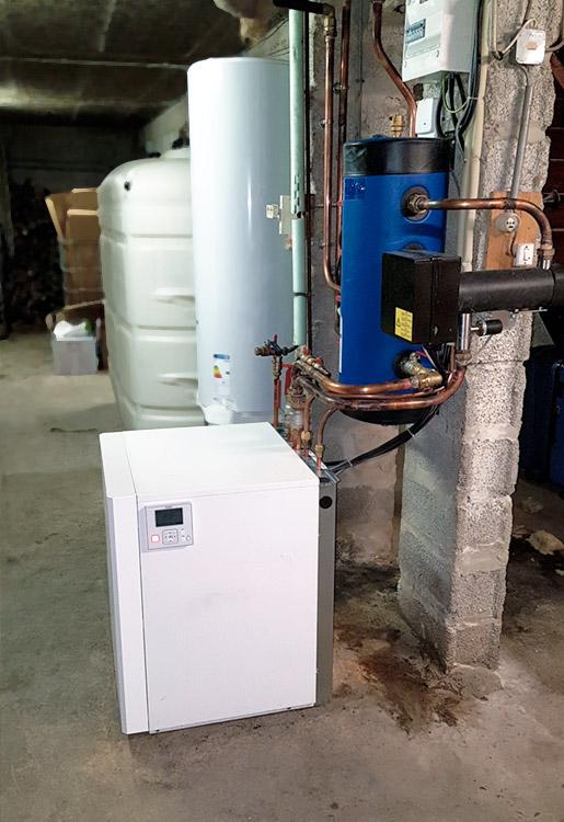 La pompe à chaleur a été instalée au sous-sol de la maison
