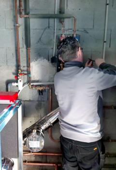 Notre technicien prépare le réseau de chauffage