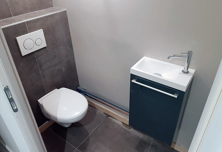 Rénovation complète : ici le WC et son lave-mains