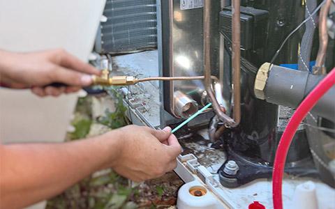 Plombier-chauffagiste intervenant sur une chaudière en panne en vue d'une réparation rapide