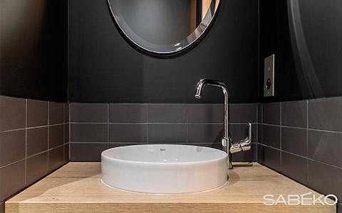 Un robinet élégant accompagné d'une vasque dans le cadre d'une rénovation de salle de bain