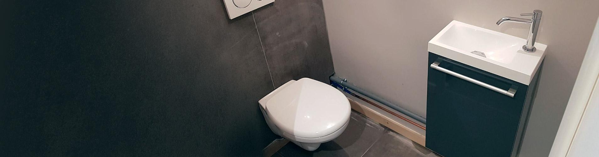 Installation d'un WC et d'un lavabo dans une salle d'eau