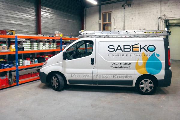 Les camionettess de SABEKO permettent de reconnaître l'entreprise de plomberie