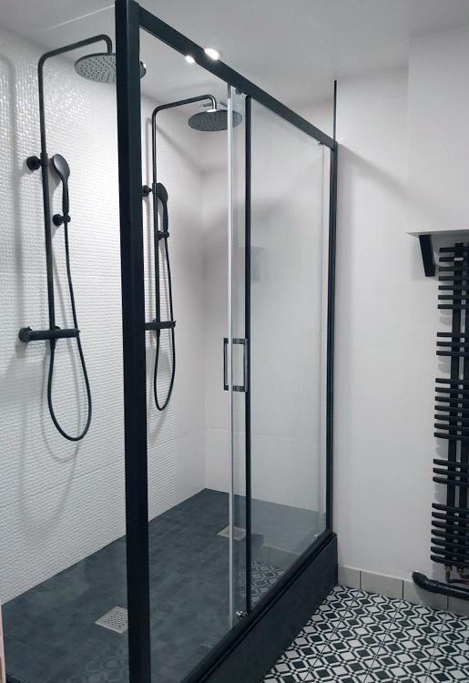 Vue générale de la douche noire