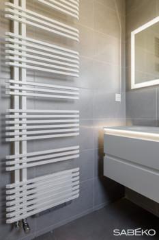 Un chauffe-serviettes complète l'installation